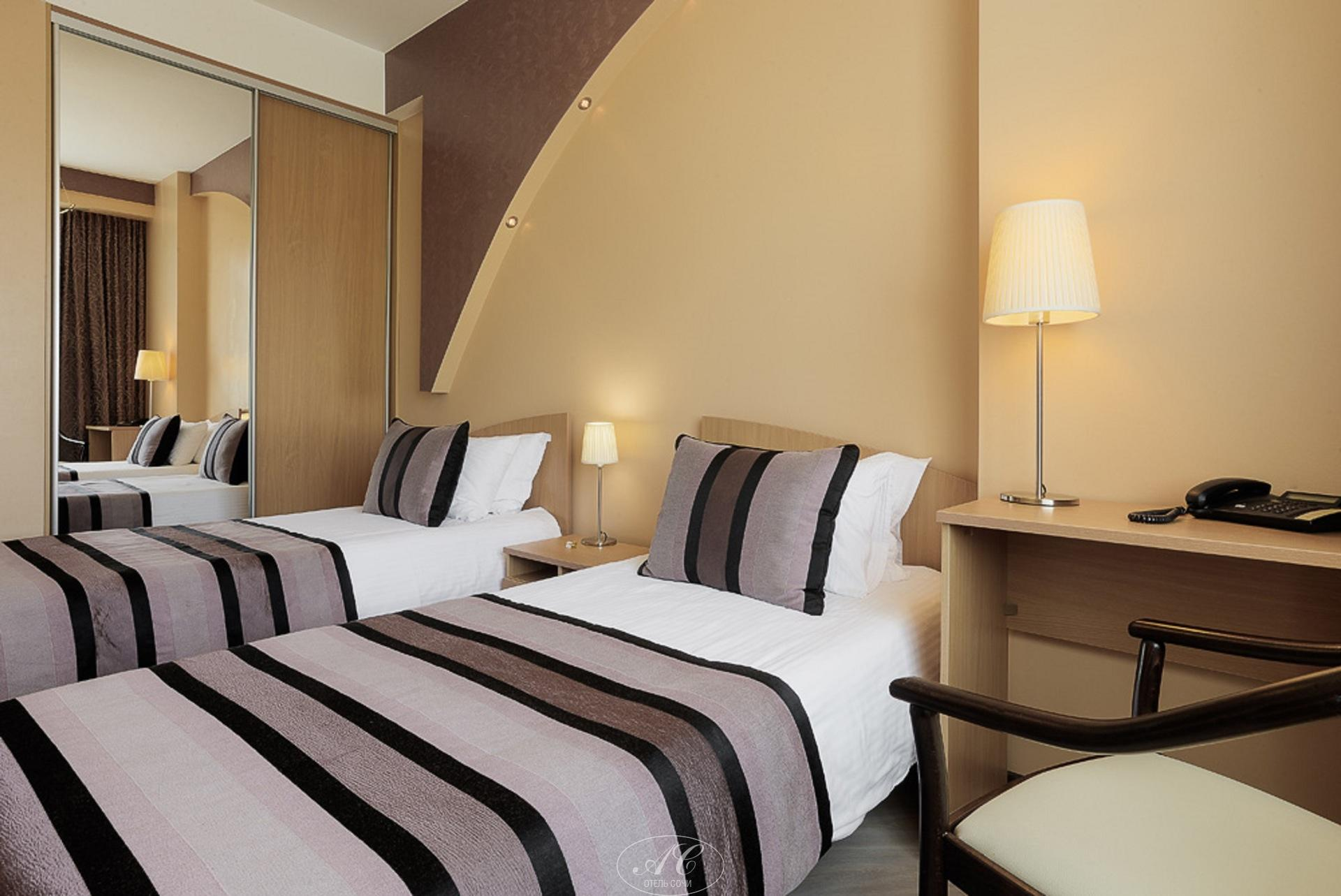 Номер Бизнес с раздельными кроватями и широким диваном